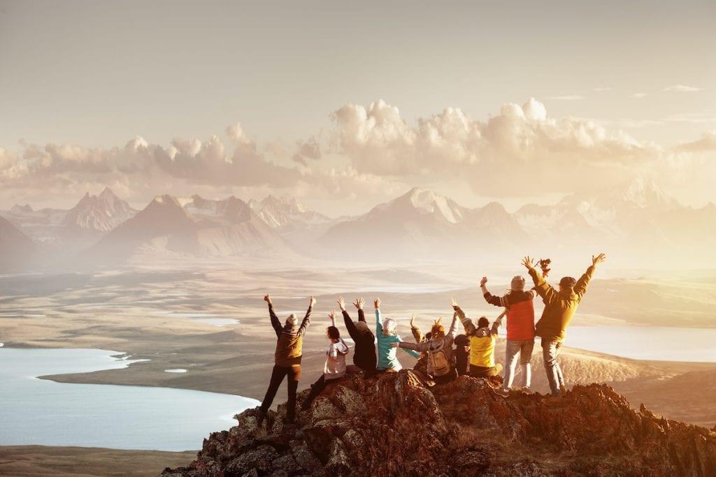 Zusammen Wandern auf einem Berg