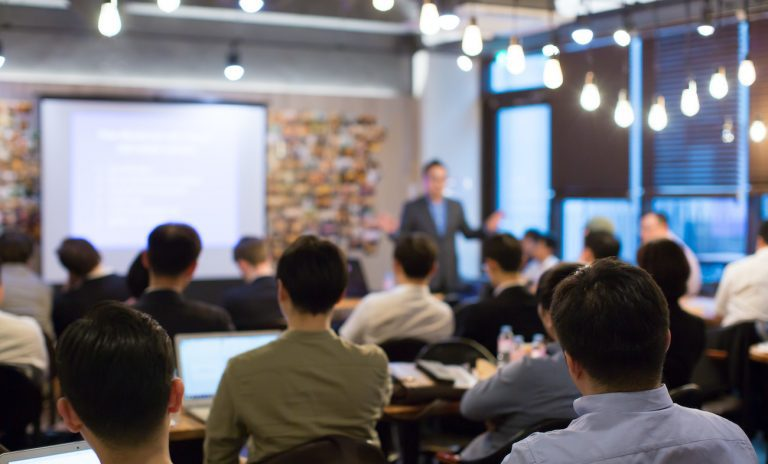How to give a presentation the right way! The 22 best presentation skills tips from the pro!